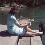 vrouw leest tijdschrift